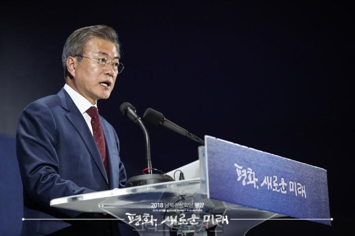 [포토] 대국민 보고시 취재진에게 인사하는 문 대통령